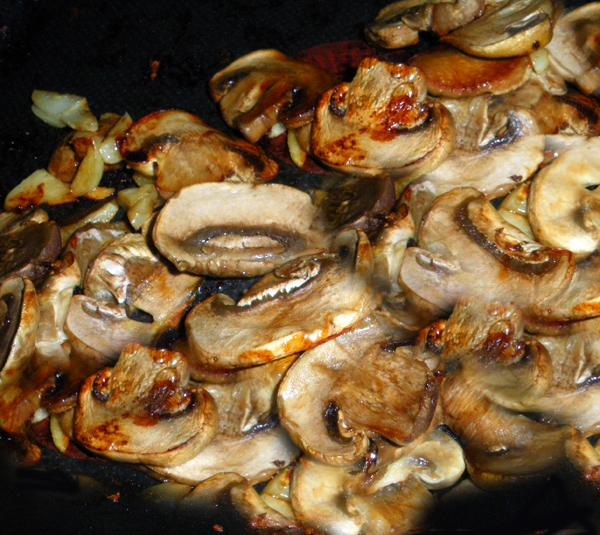 Champignons à L'ail (Garlic Mushrooms). Photo by Bergy