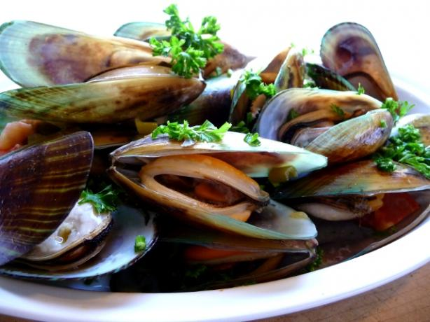 Mussels in White Wine Sauce (Mejillones a La Marinara). Photo by BecR
