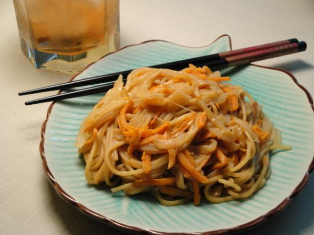 Chinese Lo Mein With Peanut Butter Sauce. Photo by Debbwl