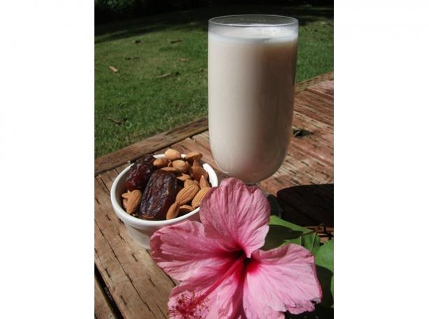 Almond Milk (Vegan, Raw, Gluten Free). Photo by Mindelicious