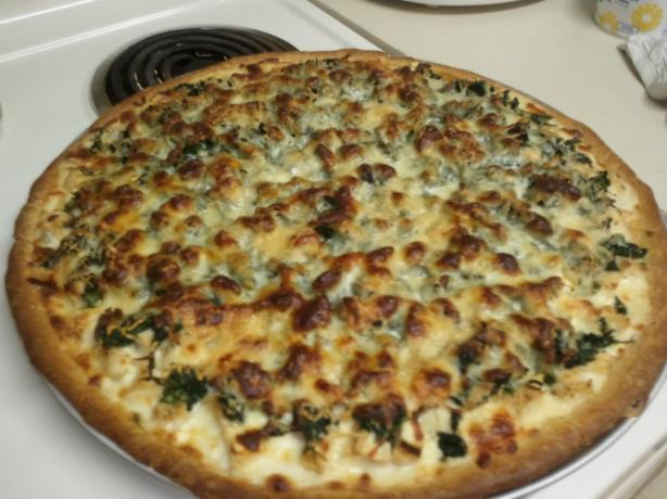 Chicken & Spinach Alfredo Pizza. Photo by lgolden39